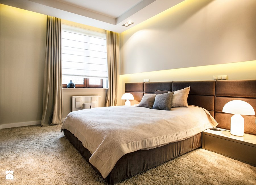 sypialnia w kolorze bezu i brazu