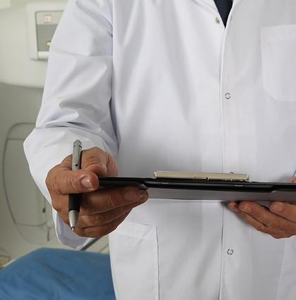 Gastrolog bada zespół jelita drażliwego