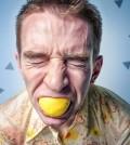 Mężczyzna jedzący cytrynę