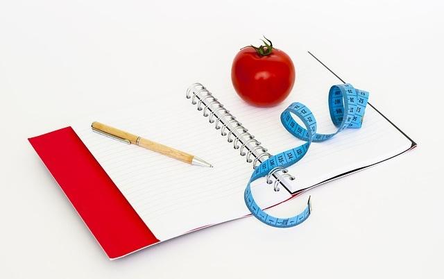 Notatnik z miarką i jabłkiem