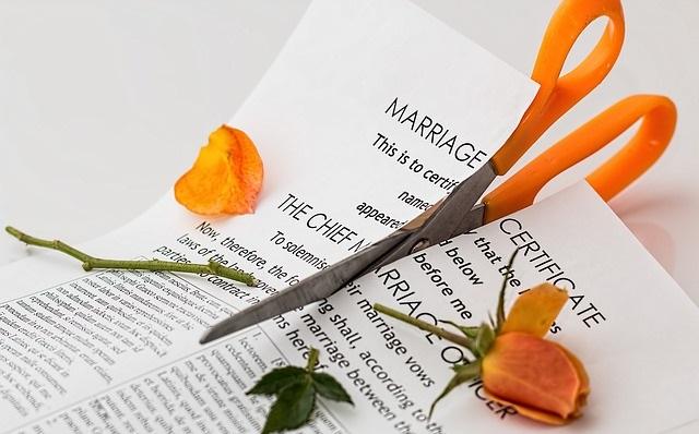 Przecięty nożyczkami akt ślubu