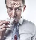 Jedzący mężczyzna