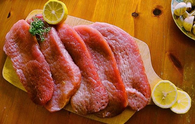 Kawałki mięsa na desce