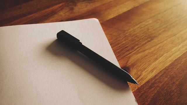 Kartka papieru i długopis