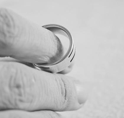 Palec z pierścionkiem
