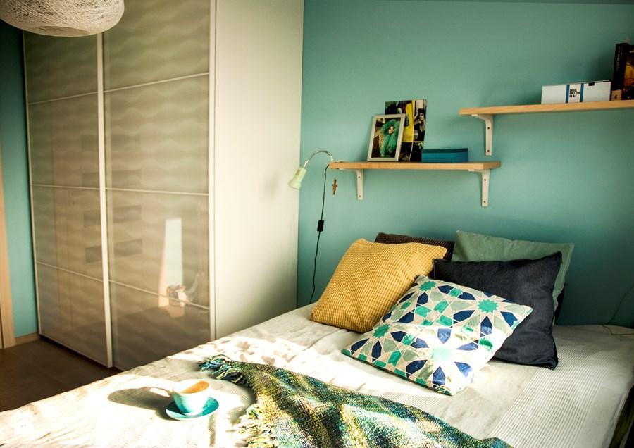 zielona minimialistyczna sypialnia