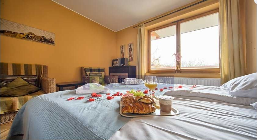 Śniadanie na łóżku w apartamencie