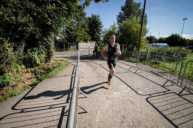 sportowiec bierze udział w wyścigu