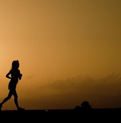 biegaczka na tle nieba o zmierzchu