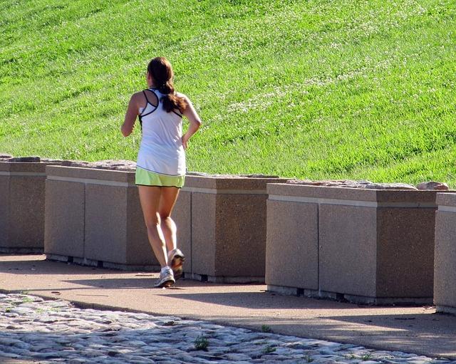 dziewczyna uprawia bieganie