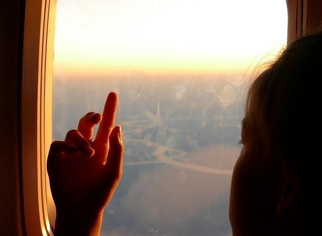 samolot dziewczynka szyba okno chmury