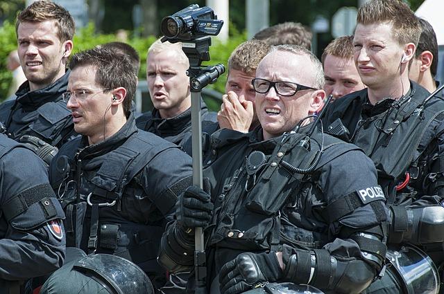 policjanci podczas odprawy