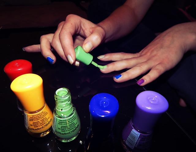 kobieta malująca paznokcie