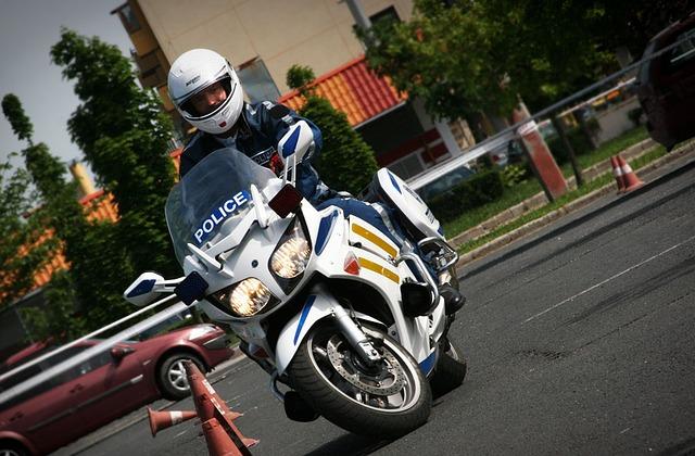 oficer policji na skuterze