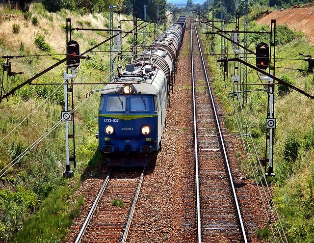 Pociąg PKP Intercity jedzie po torach