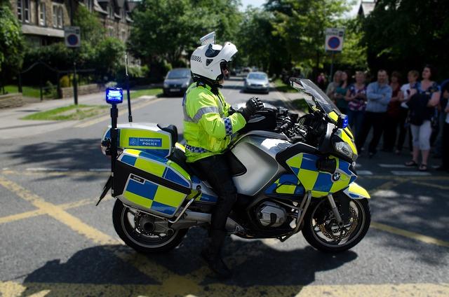 policjant jadący na skuterze