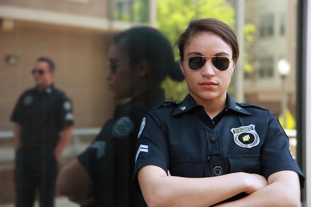 policjantka stojaca przed komendą