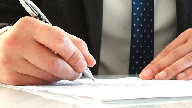 prawnik podpisuje dokumenty