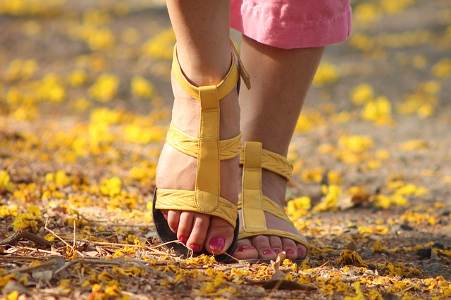 Stopy kobiety w sandałach