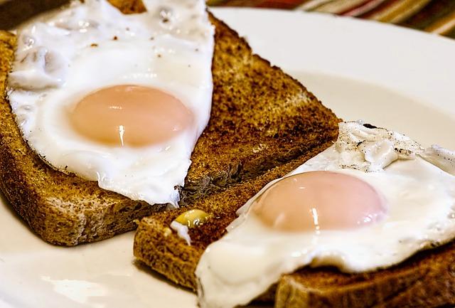 tosty ze smażonym jajkiem