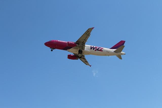 Samolot lini Wizzair w powietrzu