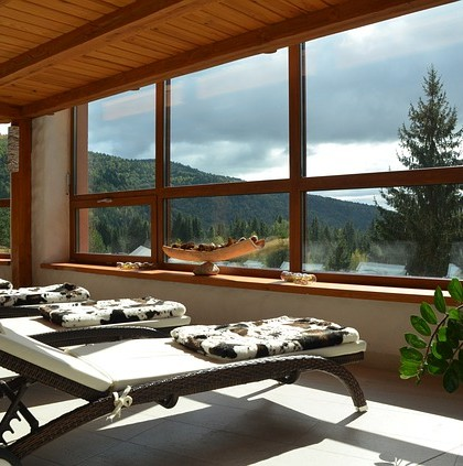 Leżaki SPA z widokiem na góry