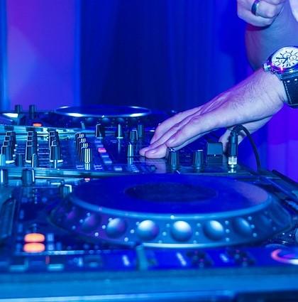 DJ na imprezie dla trzydziestolatków