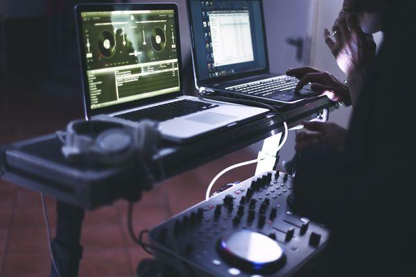 DJ na imprezie w klubie