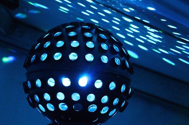 Świetlna kula w klubie dla trzydziestolatków