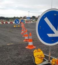 znaki i słupki drogowe