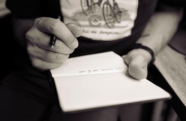Kobieta zapisująca kartkę papieru