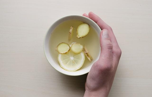 Kubek herbaty z cytryną