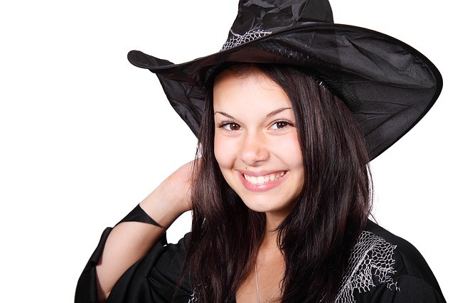 dziewczyna przebrana za czarownicę