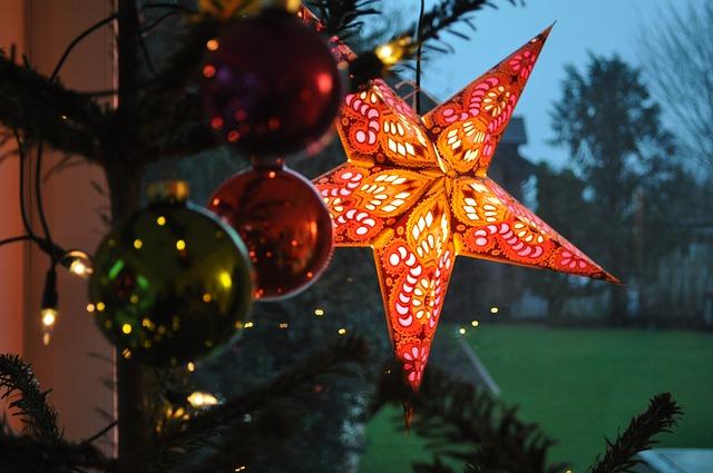 Świecąca gwiazdka wisząca na choince