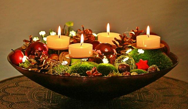Stroik świąteczny ze świecami w misie