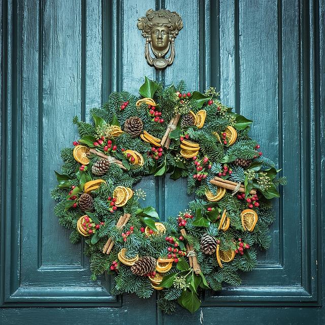 Własnoręcznie wykonany wieniec świąteczny wiszący na drzwiach