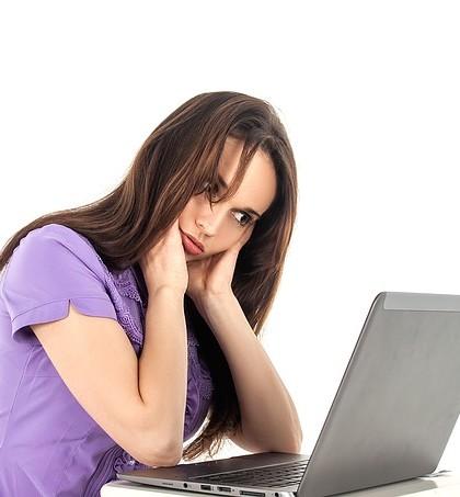 Kobieta szukająca pracy w internecie