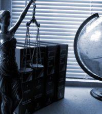 Figura Temidy stoi na biurku