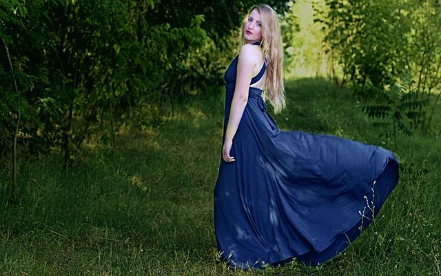 Długa chabrowa suknia