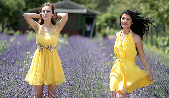Kobiety w żółtych sukienkach na łace