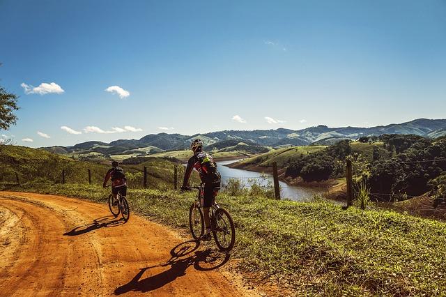 Rowerzyści w górach
