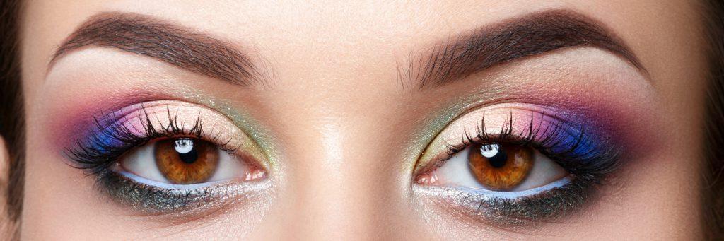 Kolorowy makijaż oka? Dowiedz się jak go wykonać