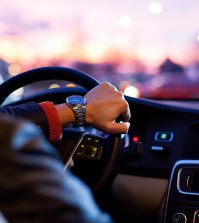 Osoba prowadzi samochód