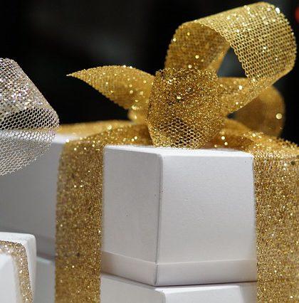 prezent przewiązany złotą wstążką