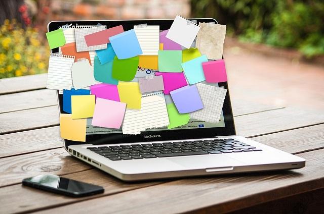 Komputer z przyczepionymi na ekranie karteczkami