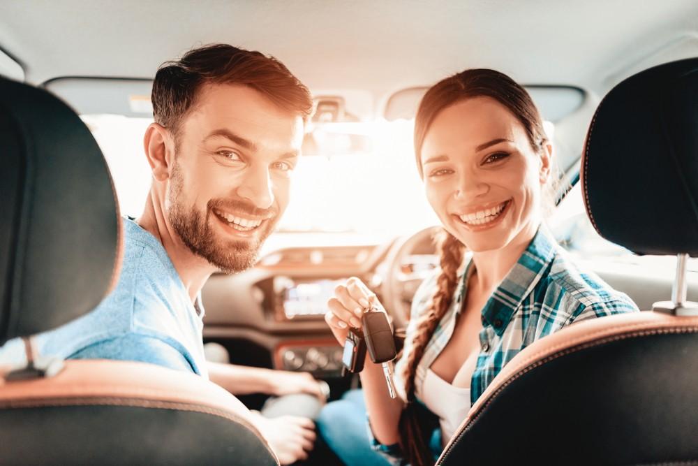 Uśmiechnięta para w samochodzie