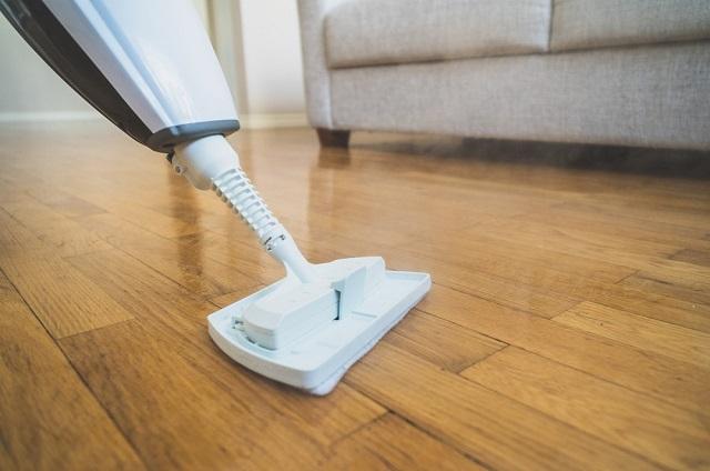 Mop parowy na podłodze