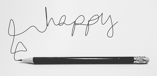 Napis happy i ołówek