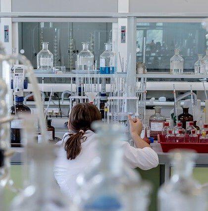 Chemik w laboratorium