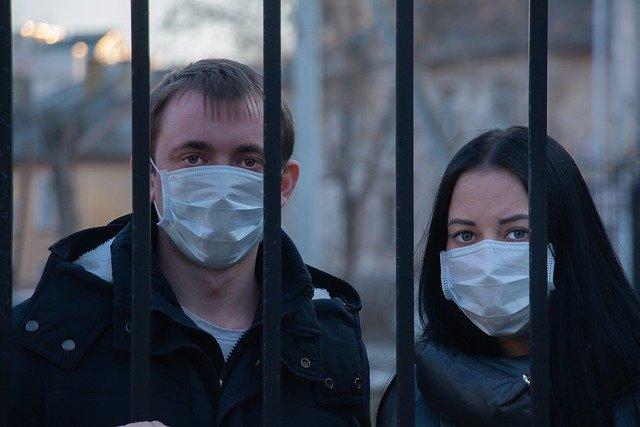 Ludzie w maskach
